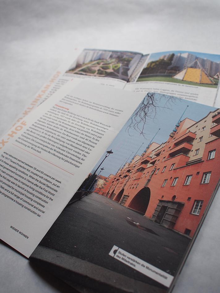 Zwei Seiten im Baustein zu Karl-Marx-Hof: Eine Seite Text, eine Seite Foto